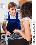 Купить «Girl and repairman fixing computer», фото № 24200577, снято 21 апреля 2019 г. (c) Яков Филимонов / Фотобанк Лори