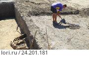 Археолог исследует древние руины металлодетектором. Стоковое видео, видеограф Vladimir Botkin / Фотобанк Лори