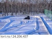 Купить «Удаление снега с поля», фото № 24206437, снято 10 января 2016 г. (c) Олеся Новицкая / Фотобанк Лори