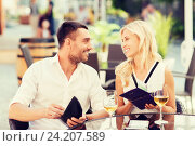 Купить «happy couple with wallet paying bill at restaurant», фото № 24207589, снято 15 июля 2015 г. (c) Syda Productions / Фотобанк Лори
