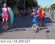 Купить «Молодые цирковые артисты на улице», фото № 24209621, снято 12 июня 2016 г. (c) Павел Кулинич / Фотобанк Лори