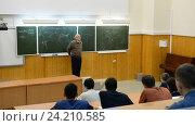 Купить «UFA, RUSSIA - NOVEMBER 10, 2016: Bashkir State University. Students in the audience listening to a great university lecturer in physics», видеоролик № 24210585, снято 10 ноября 2016 г. (c) Mikhail Erguine / Фотобанк Лори