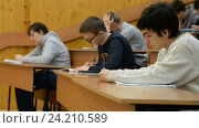 Купить «UFA, RUSSIA - NOVEMBER 10, 2016: Bashkir State University. Students in a large university auditorium listening to a lecture», видеоролик № 24210589, снято 10 ноября 2016 г. (c) Mikhail Erguine / Фотобанк Лори