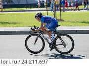 Велосипедист - гонщик на улицах Санкт-Петербурга (2016 год). Редакционное фото, фотограф Евгений Андреев / Фотобанк Лори