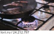 Говяжьи стейки жарят на сковороде. Стоковое видео, видеограф Video Kot / Фотобанк Лори