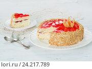 Торт с красным желе и орешками. Стоковое фото, фотограф Ксения Кузнецова / Фотобанк Лори