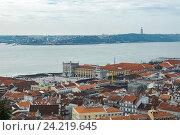 Вид Лиссабона от замка Святого Георгия в пасмурный день (2016 год). Редакционное фото, фотограф Михаил Никитин / Фотобанк Лори