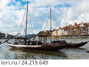 Лодки Рабело на реке Дору. Португалия, Порту (2016 год). Редакционное фото, фотограф Михаил Никитин / Фотобанк Лори