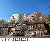 Купить «Старые дома и новостройка в Самаре», фото № 24221201, снято 18 октября 2011 г. (c) Светлана Кириллова / Фотобанк Лори