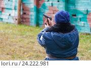 Купить «Женщина-охранник разряжает пистолет Макарова после стрельбы», фото № 24222981, снято 11 октября 2016 г. (c) Александр Цуркан / Фотобанк Лори