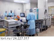 Купить «Сотрудники лаборатории перспективных исследований биотехнологической компании BIOCAD за работой», фото № 24227317, снято 16 ноября 2016 г. (c) Stockphoto / Фотобанк Лори