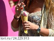 Купить «Вафельный рожок с мороженым в руках девушки», эксклюзивное фото № 24229913, снято 9 июля 2016 г. (c) lana1501 / Фотобанк Лори