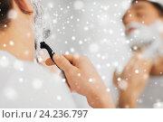 Купить «close up of man shaving beard with razor blade», фото № 24236797, снято 15 января 2016 г. (c) Syda Productions / Фотобанк Лори