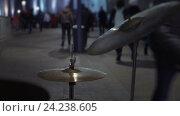 Купить «Ритм городской жизни. Уличный музыкант играет на барабанах», видеоролик № 24238605, снято 19 ноября 2016 г. (c) Vladimir Botkin / Фотобанк Лори