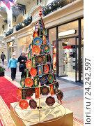 Купить «Новогодняя елка из жостовских подносов в ГУМе, Москва», фото № 24242597, снято 20 ноября 2016 г. (c) Валерия Попова / Фотобанк Лори