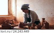 Купить «female potter working», видеоролик № 24243449, снято 31 октября 2016 г. (c) Яков Филимонов / Фотобанк Лори