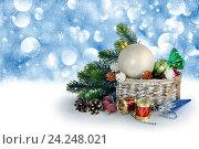 Рождественский фон с елкой, шарами, елочными украшениями. Стоковое фото, фотограф Лариса К / Фотобанк Лори