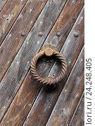 Купить «Кнокер - дверное кольцо-стучалка на старой деревянной двери», эксклюзивное фото № 24248405, снято 23 июля 2015 г. (c) Алексей Гусев / Фотобанк Лори