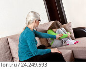 Купить «Мать разговаривает с дочкой», фото № 24249593, снято 21 ноября 2016 г. (c) Элина Гаревская / Фотобанк Лори