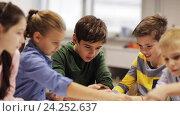 Купить «happy children learning at robotics school», видеоролик № 24252637, снято 26 октября 2016 г. (c) Syda Productions / Фотобанк Лори