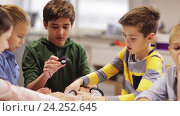 Купить «happy children learning at robotics school», видеоролик № 24252645, снято 26 октября 2016 г. (c) Syda Productions / Фотобанк Лори