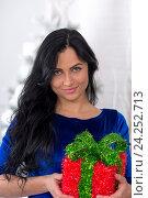 Красивая девушка с новогодним подарком. Стоковое фото, фотограф Евгений Андреев / Фотобанк Лори