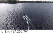 Купить «Моторная лодка едет по озеру, вид сверху.», фото № 24253761, снято 15 января 2019 г. (c) Кекяляйнен Андрей / Фотобанк Лори