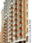 Купить «Вид на новый многоэтажный многоквартирный жилой дом в микрорайоне Кудрово, город Санкт-Петербург, Россия», фото № 24254793, снято 9 июля 2016 г. (c) Илья Малов / Фотобанк Лори