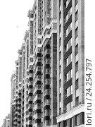 Вид на новый многоэтажный многоквартирный жилой дом в микрорайоне Кудрово, город Санкт-Петербург, Россия. Стоковое фото, фотограф Илья Малов / Фотобанк Лори