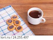 Сладкое карамельное печенье и чашка чая. Стоковое фото, фотограф Владимир Семенчук / Фотобанк Лори