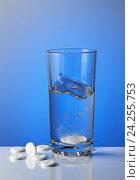Купить «Шипучие таблетки растворяются в стакане воды», фото № 24255753, снято 5 сентября 2016 г. (c) Анастасия Богатова / Фотобанк Лори