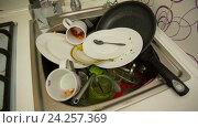 Купить «Грязная посуда в раковине», видеоролик № 24257369, снято 1 января 2005 г. (c) Илья Шаматура / Фотобанк Лори