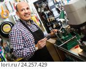 Купить «Senior professional with different types of keys in locksmith», фото № 24257429, снято 28 января 2020 г. (c) Яков Филимонов / Фотобанк Лори