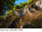 Скалы около Шакуранского водопада во влажном самшитовом лесу в Абхазии. Стоковое фото, фотограф Матвей Солодовников / Фотобанк Лори
