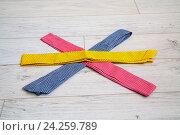 Полосы цветной ткани на столе. Стоковое фото, фотограф Ольга Еремина / Фотобанк Лори