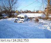 Купить «Корпус старого автомобиля в снегу», фото № 24262753, снято 8 января 2011 г. (c) Светлана Кириллова / Фотобанк Лори