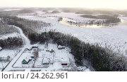 Дачи в лесу у реки. Зимний морозный день с низким солнцем над горизонтом. Карелия (2016 год). Стоковое видео, видеограф Кекяляйнен Андрей / Фотобанк Лори