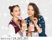 happy pretty teenage girls drinking milk shakes. Стоковое фото, фотограф Syda Productions / Фотобанк Лори