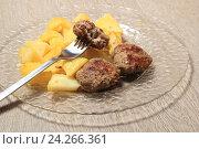 Обед. Котлеты с картошкой на тарелке. Стоковое фото, фотограф Яна Королёва / Фотобанк Лори