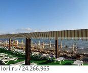 Купить «Ряды лежаков на пляже, люди отдыхают на морском побережье», фото № 24266965, снято 7 июня 2016 г. (c) DiS / Фотобанк Лори