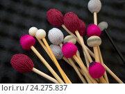 Купить «Деревянные палочки лежат от ударных инструментов лежат во время концерта», фото № 24275837, снято 26 ноября 2016 г. (c) Николай Винокуров / Фотобанк Лори