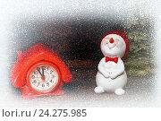 Купить «Снеговик и часы в виде домика. Новогодняя открытка», фото № 24275985, снято 8 ноября 2016 г. (c) Наталья Осипова / Фотобанк Лори