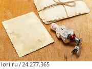 Купить «Старые фотографии и новогодняя игрушка на столе. Ностальгия», фото № 24277365, снято 27 ноября 2016 г. (c) Наталья Осипова / Фотобанк Лори