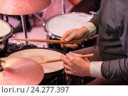 Барабанщик играет на барабанах. Стоковое фото, фотограф Сергей Носов / Фотобанк Лори