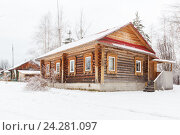 Купить «Новый деревянный дом зимой», фото № 24281097, снято 14 ноября 2016 г. (c) Дмитрий Тищенко / Фотобанк Лори