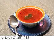 Борщ в синей тарелке на деревянном столе. Стоковое фото, фотограф Яна Королёва / Фотобанк Лори