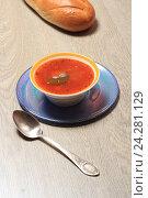Борщ и батон белого хлеба на столе. Стоковое фото, фотограф Яна Королёва / Фотобанк Лори