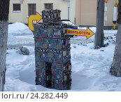 """Робот из компьютерного мусора завлекает всех в магазин. Привязан к дереву. Надпись """"объект находится под видео наблюдением"""". Стрелка """"Компьютеры""""., фото № 24282449, снято 3 февраля 2007 г. (c) Нина Карымова / Фотобанк Лори"""