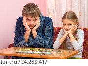 Купить «Папа и дочка не смогли собрать картинку из пазлов», фото № 24283417, снято 28 ноября 2016 г. (c) Иванов Алексей / Фотобанк Лори