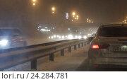 Купить «Автомобильный поток зимой в метель, трасса М7», эксклюзивный видеоролик № 24284781, снято 28 ноября 2016 г. (c) Дмитрий Неумоин / Фотобанк Лори